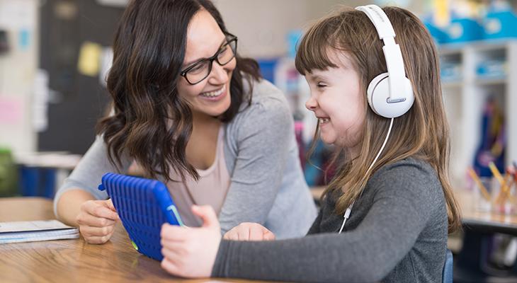 lerares geeft meisje les