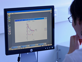 Monitor met cijfers en tabellen